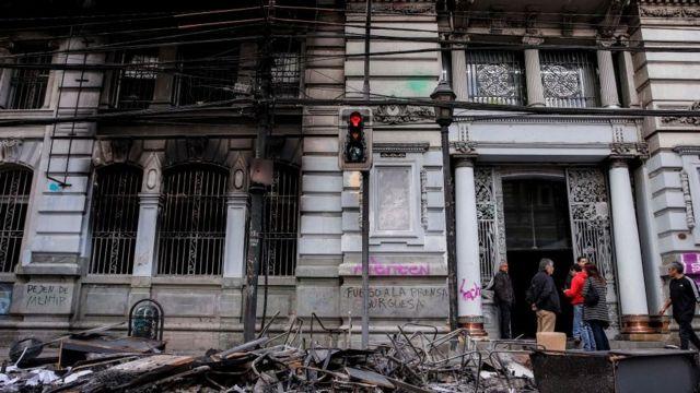 Prédio com incêndio no Chile.