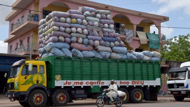 "Ifoto yo kuwa gatandatu 4/06/ 2016 muri Bouake yerekana iKamyo iriko amajambo: ""NIhaye Imana"", yikoreye imizigo yerekeza Bamako, Mali. / AFP PHOTO / ISSOUF SANOGOISSOUF SANOGO/AFP/Getty Images"