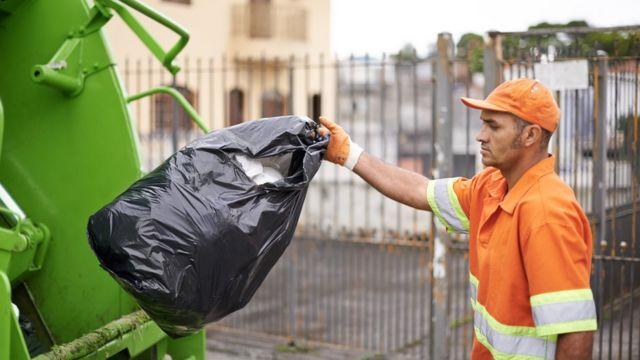 Gari e caminhão de lixo