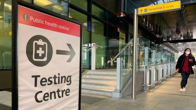 Placa em frente a prédio no Reino Unido diz: Testing Centre (centro de testagem)