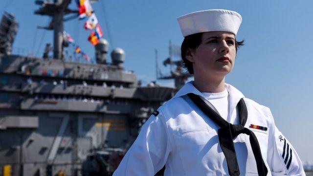 Un marinero a bordo de un portaaviones estadounidense el 11 de abril de 2018.