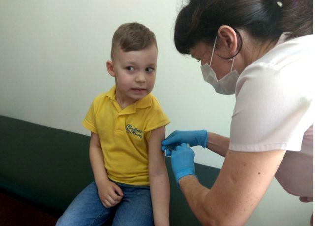 Menino sendo vacinado em Lviv