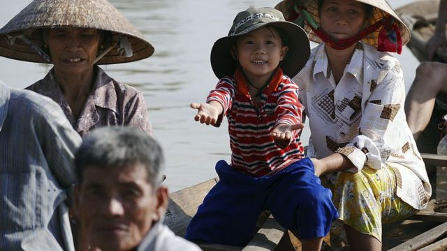 Các gia đình chịu thiệt hại sau mưa lũ ở miền Trung Việt Nam