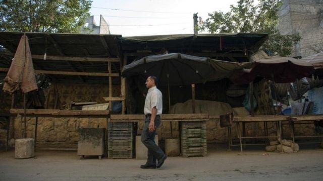 Homem em mercado em Aleppo