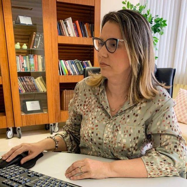 A defensora pública federal Carolina Botelho em sala de trabalho