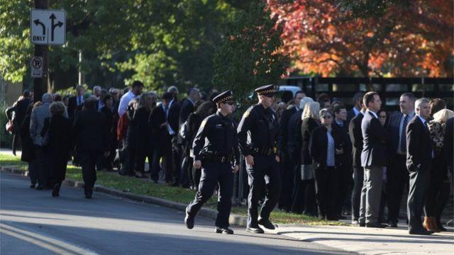صدها نفر برای ادای احترام به قربانیان کشتار شنبه در بیرون مرکز یهودیان روداف شلوم در پیتزبورگ صف کشیدند
