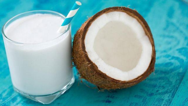 زاد الإقبال على بدائل الحليب، مثل حليب جوز الهند، بعد عزوف البعض عن تناول حليب الأبقار