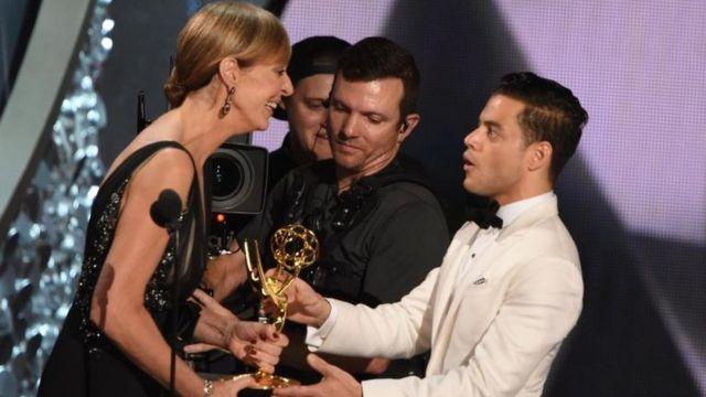Rami Malek recibiendo su estatuilla del Emmy