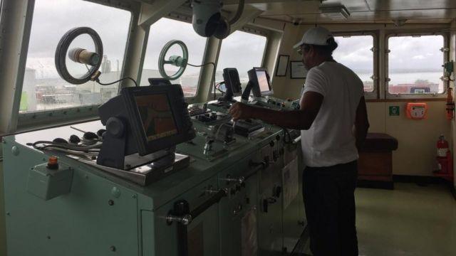 Un hombre al timón del barco