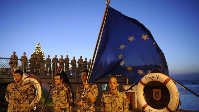 اتحادیه اروپا در عملیات نظامی خارج از مرزهایش شرکت داشته. از جمله عملیات «مبارزه با دزدی دریایی» در شاخ آفریقا. اما در اینگونه فعالیتها، کشورها به شکل مستقل نیروی نظامی میفرستند. (عکس سربازان آلمانی در جیبوتی)