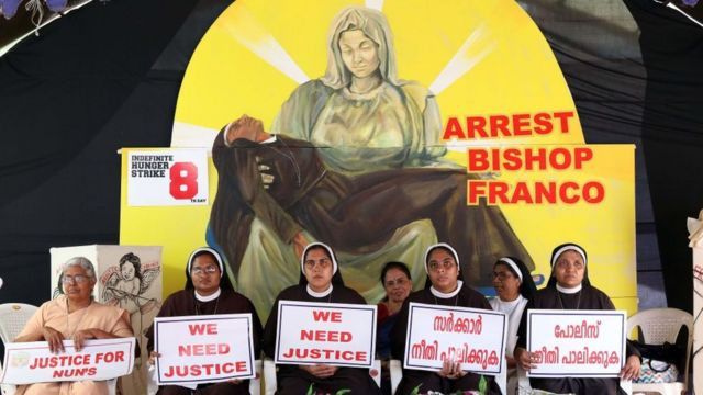 """Freiras católicas em Kerala seguram placas com os dizeres: 'Nós queremos justiça""""; elas pedem a prisão do bispo Franco Mullakal, acusado de estuprar uma religiosa múltiplas vezes"""