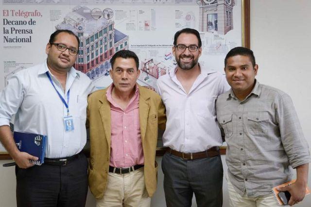 Pie: Augusto Itúrburu (izq.), Luis Cheme (der.) y Elías Vinueza (centro der.) posan con el seleccionador de fútbol sub 17 de Ecuador, Javier Rodríguez.