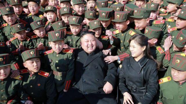 Ким Чен Ын с женой в окружении курсантов