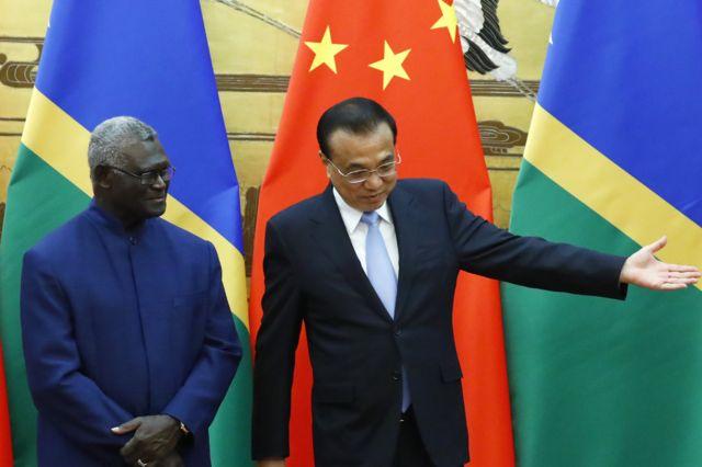 Thủ tướng Solomon, Manasseh Sogavare (trái) và Thủ tướng Trung Quốc Lý Khắc Cường tại Bắc Kinh tháng 10/2019.