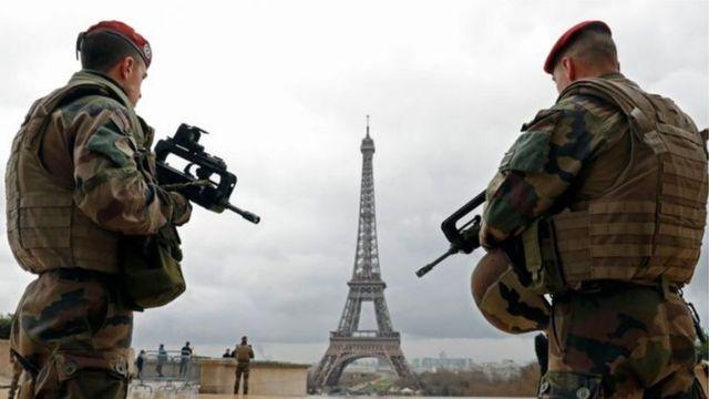 Selon le parquet français, cinq hommes ont été interpellés le week-end dernier. Ils sont soupçonnés d'avoir voulu commettre un attentat en région parisienne, le 1er décembre.