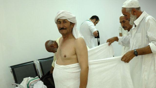 Le pèlerin est habillé traditionnellement de blanc, symbole de pureté.