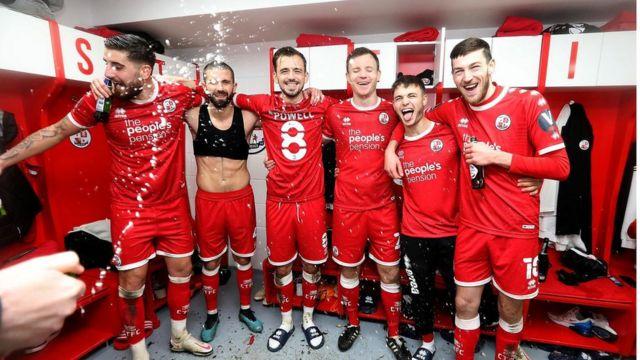 galibiyeti kutlayan Crawley Town oyuncuları