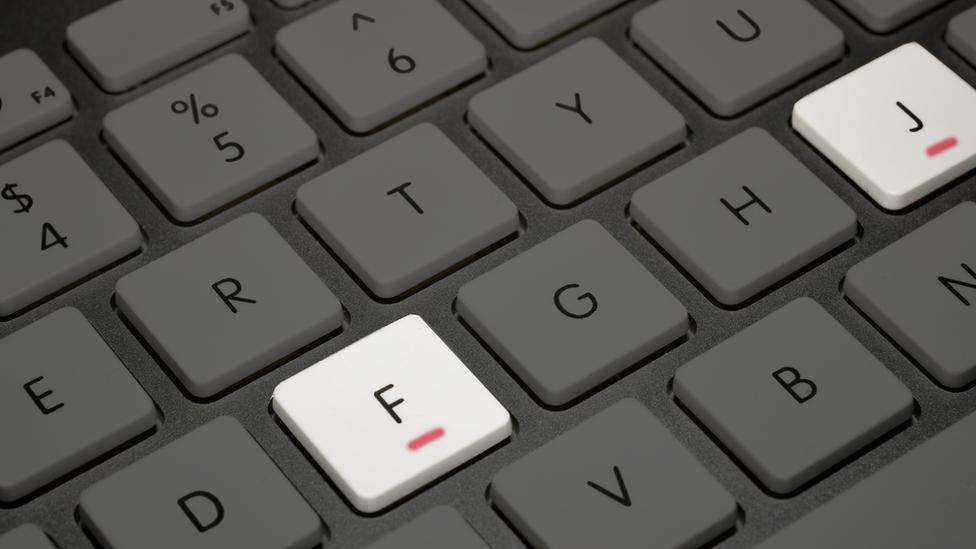 Teclado de computadora con las rayas en la F y la J.