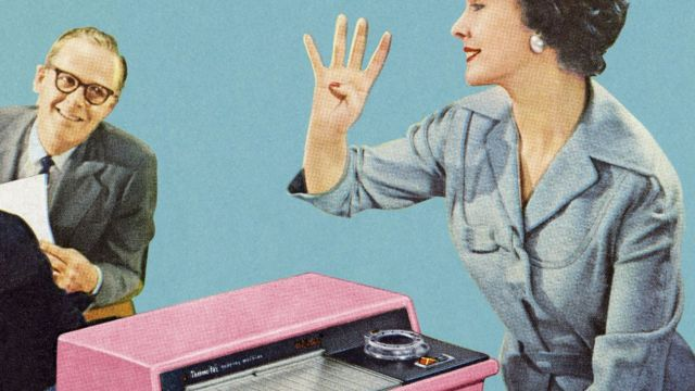 Imagem vintage de mulher usando uma máquina de fax