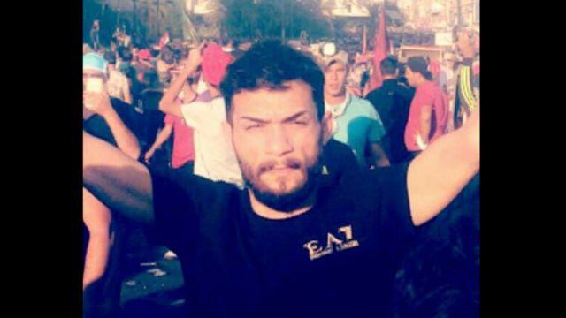 أصيب كرار بطلقتين في رجله اليسرى أثناء مشاركته في مظاهرات بساحة التحرير في بغداد