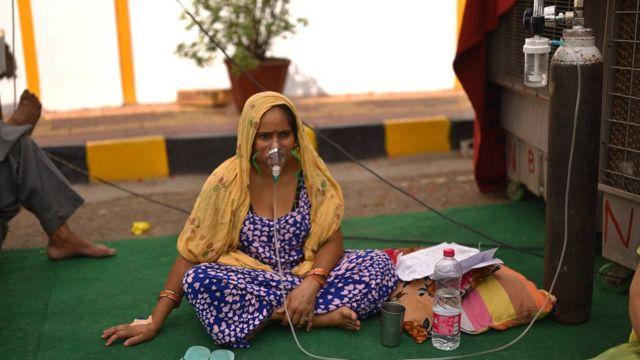 一些寺庙和民间活动人士出手张罗氧气瓶等物资,但杯水车薪。(photo:BBC)