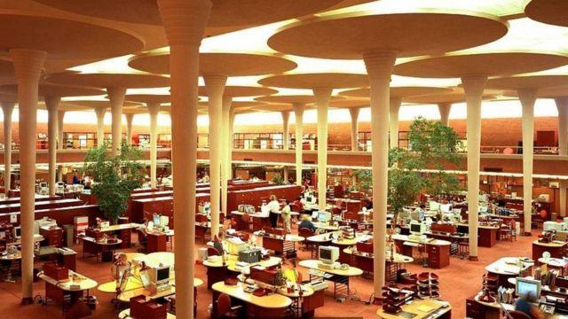 威斯康辛州拉辛市的Johnson Wax公司总部里设计了夸张的柱子