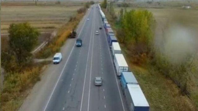 Кыргыз-казак чек арасында кезек күткөн унаалардын узундугу бир нече чакырымга созулат