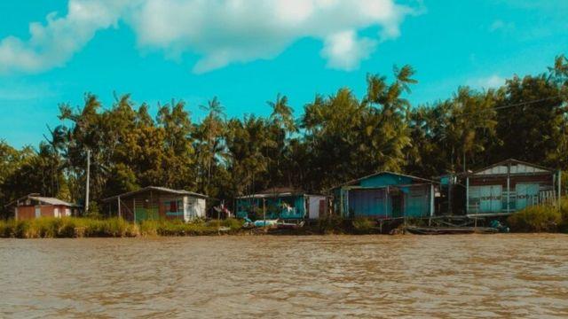 Casas na beira do rio