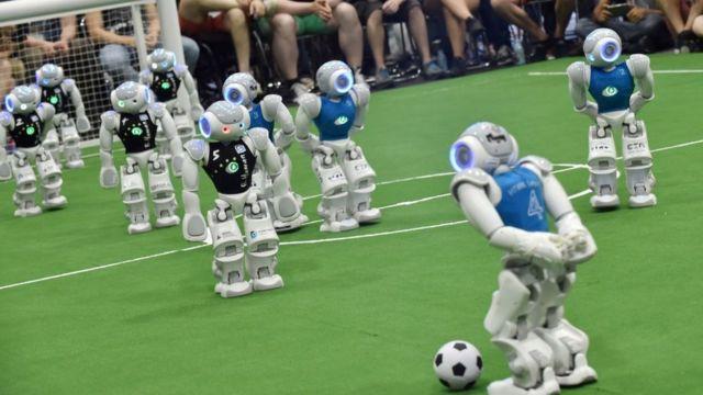 Roboti igraju fudbalsku utakmicu