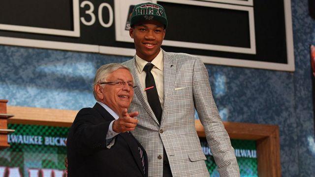 2014 NBA Draft'ında Giannis Antetokounmpo ile o dönem NBA yönetiminin başında olan David Stern.