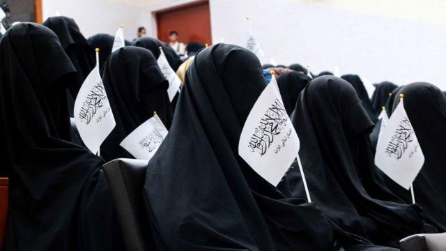 Estudiantes afganas escuchan un discurso antes de una manifestación a favor de los talibanes frente a la Universidad de Educación Shaheed Rabbani en Kabul el 11 de septiembre de 2021.