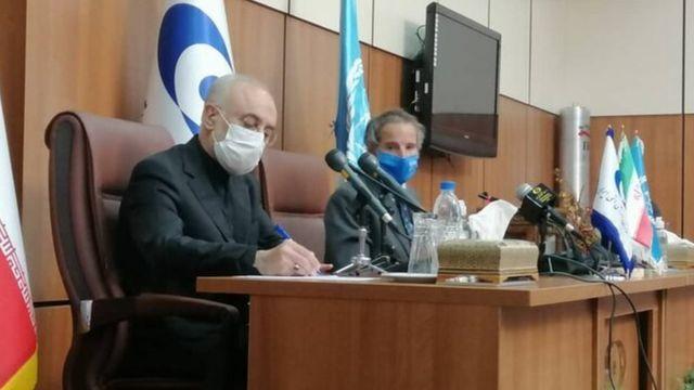 رافائل گروسی و علی اکبر صالحی در کنفرانس خبری مشترک در تهران. آقای صالحی گفته فصل نوینی بین ایران و آژانس بینالمللی انرژی اتمی آغاز شده