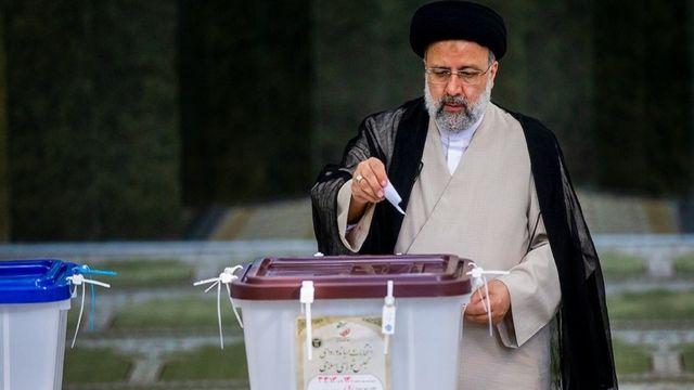 ابراهیم رئیسی در حال حاضر همزمان رئیس جمهور منتحب و رئیس قوه قضائیه است