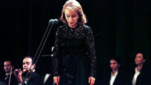 فيروز تغني على مسرح الجامعة الأمريكية في دبي عام 2001.