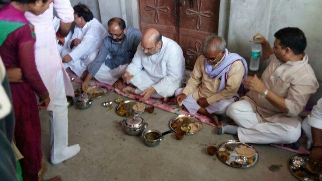 अमित शाह दलितों के यहां भोजन करते