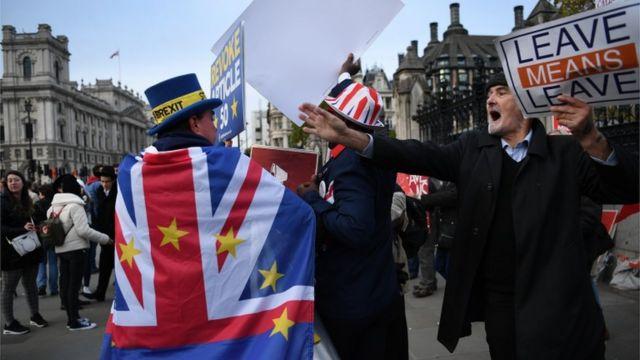 Cidadãos pró e contra o Brexit diante do Parlamento britânico nesta segunda-feira