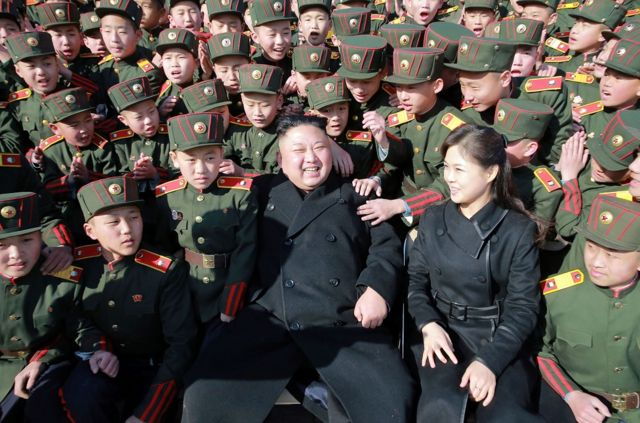 3월 2일 평양의 한 학교의 나무심기 행사에 참여한 김정은 국방위원장과 부인 리설주. 리설주는 올초 셋째아이를 낳은 것으로 알려졌다.