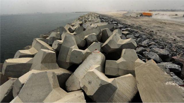 La «Grande Muraille de Lagos» est destinée à renforcer la côte et à la protéger de l'érosion