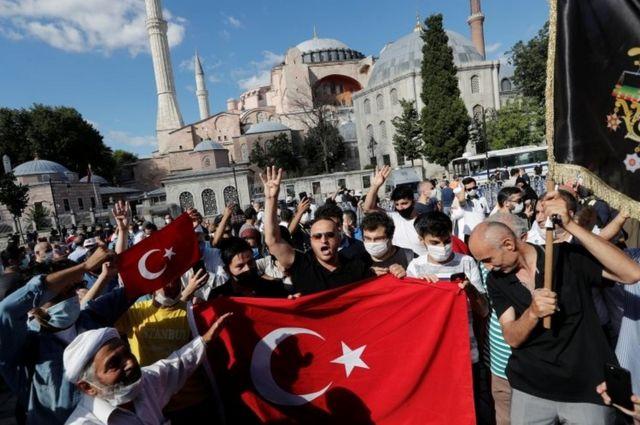 Сторонники Эрдогана собрались в пятницу у Святой Софии