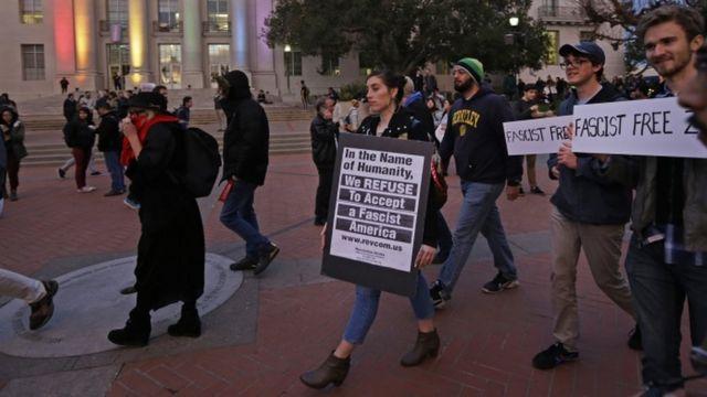 Protesta de los estudiantes en Sproul Plaza, la Universidad de California en Berkeley, el 1 de febrero de 2017.