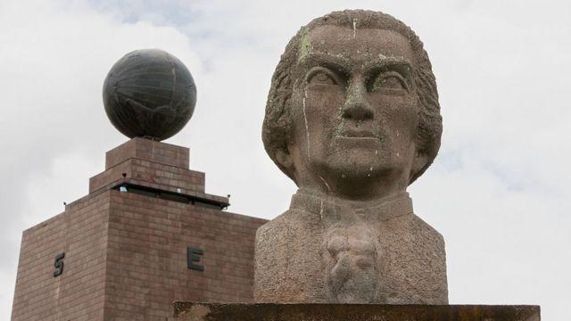 Busto de Charles Marie De La Condamine y el monumento de la Mitad del Mundo en Pichincha, Ecuador