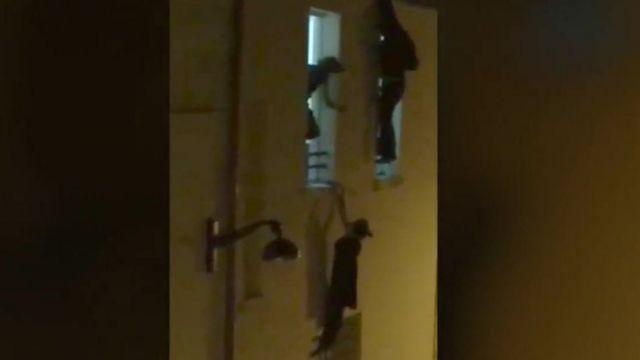 バタクラン劇場では、窓枠からぶら下がった妊娠女性を男性が助け出した