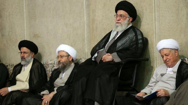 از راست به چپ، هاشمی رفسنجانی، آیتالله خامنهای، صادق لاریجانی، ابراهیم رئیسی