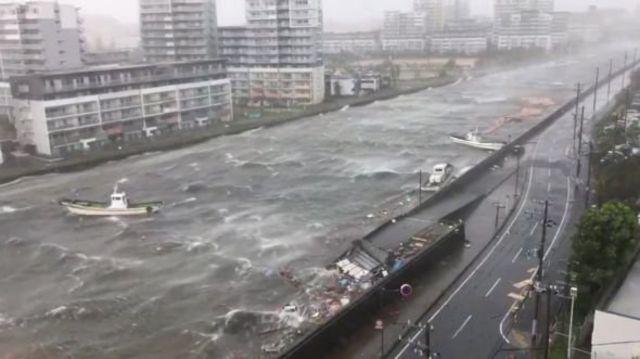 밧줄이 풀린 배들이 니시노미야 강을 따라 떠다니고 있다