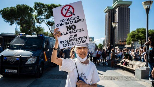 Protesto antivacina em Madri, na Espanha