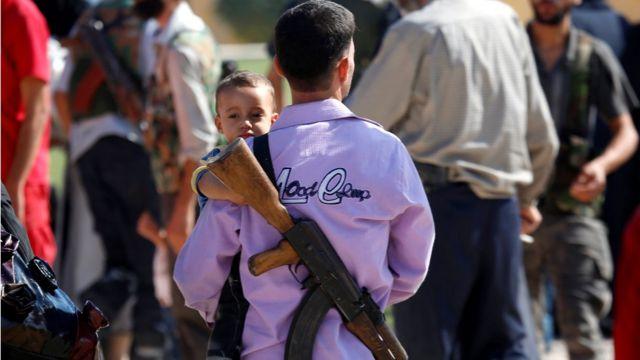 Повстанец с ребенком на руках
