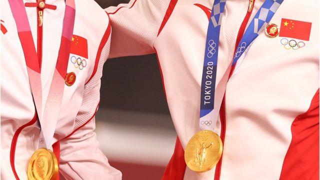 钟天使(右)、鲍珊菊(左)站在颁奖台上(2/8/2021)