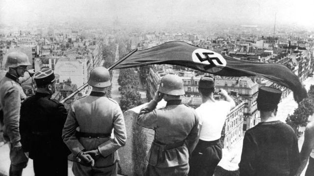 1940年,纳粹党旗在巴黎凯旋门上飘扬