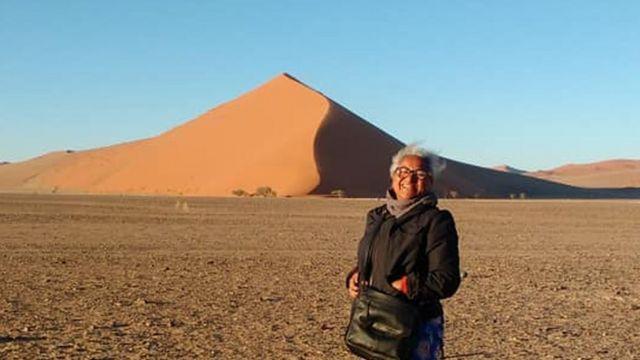 Jô posa para foto em deserto na Namíbia