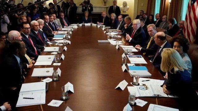 Donald Trump con miembros de su gabinete